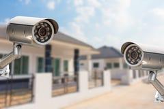 Безопасность камеры дома городка CCTV работая на доме Стоковое Изображение