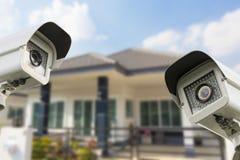 Безопасность камеры дома CCTV работая на доме Стоковое Изображение RF