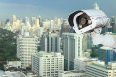 Безопасность камеры CCTV с запачкать предпосылкой города Стоковые Изображения RF