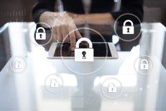 Безопасность кибер, защита данных, безопасность информации и шифрование технология интернета и концепция дела стоковые изображения rf