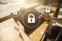 Безопасность кибер, защита данных, безопасность информации и шифрование технология интернета и концепция дела стоковая фотография