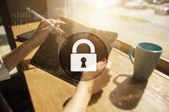 Безопасность кибер, защита данных, безопасность информации и шифрование стоковая фотография
