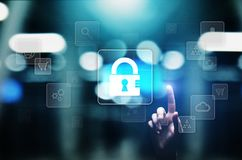 Безопасность кибер, личная защита данных, уединение информации Значок Padlock на виртуальном экране интернет принципиальной схемы стоковые изображения