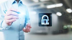 Безопасность кибер, личная защита данных, уединение информации Значок Padlock на виртуальном экране изолированная принципиальной  стоковые фотографии rf