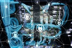 Безопасность кибер, уединение информации, концепция защиты данных на современной предпосылке комнаты сервера Интернет и жулик циф стоковые изображения