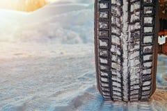 Безопасность концепции на дороге зимы Автошина автомобиля на дороге зимы покрытой с снегом Безопасность концепции на дороге зимы  Стоковая Фотография RF