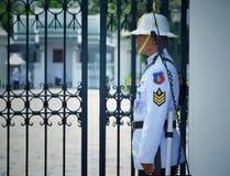 Безопасность личной охраны стоящая на грандиозном дворце стоковая фотография rf