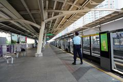 Безопасность предохранителя ждет skytrain BTS на станции стоковое изображение rf