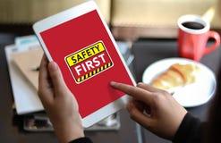 Безопасность прежде всего предупреждая concect защищает безопасность внимания тщательную Стоковые Изображения RF