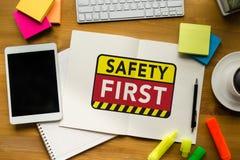 Безопасность прежде всего предупреждая concect защищает безопасность внимания тщательную Стоковое Фото