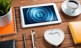 Безопасность сети и концепция технологии с ПК таблетки на деревянном столе Стоковое Фото