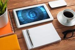 Безопасность сети и концепция технологии с ПК таблетки на деревянном столе Стоковое Изображение RF