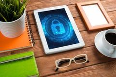 Безопасность сети и концепция технологии с ПК таблетки на деревянном столе Стоковые Фото