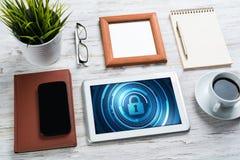 Безопасность сети и концепция технологии с ПК таблетки на деревянном столе Стоковая Фотография
