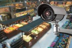 Безопасность системы камеры CCTV в предпосылке нерезкости супермаркета торгового центра Стоковое Изображение RF