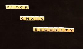 Безопасность цепи блока сказала по буквам вне в плитках на крае на черной предпосылке Стоковые Фотографии RF