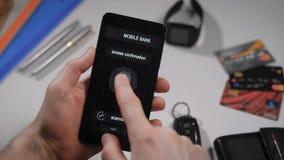 Безопасный и быстрый доступ в интернет, передвижной банк с скеннированием пальца Применение на smartphone, человек применяется видеоматериал