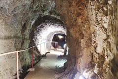 безопасный путь в пещере сталактита стоковое фото