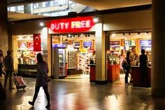 Безпошлинный магазин на авиапорте и люди в ем стоковая фотография