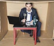 Безработному бизнесмену нужны деньги стоковые фото