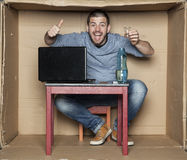 Безработный будущий бизнесмен выпивает спирт и счастлив стоковые фото
