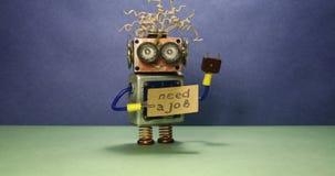 Безработный смешной робот ища работа Сумасшедший робот игрушки закручивает объявление картона рукописному тексту нужна работа сток-видео