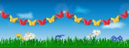 Безшовная гирлянда красных и желтых бумажных бабочек на фоне травы, цветков и неба Шаблон для заголовка места или Стоковые Изображения RF