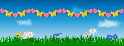 Безшовная горизонтальная гирлянда желтых бумажных бабочек и розовых сердец на фоне травы, цветков и неба шаблон Стоковые Фото