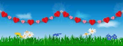 Безшовная горизонтальная гирлянда красных и розовых бумажных сердец на фоне травы, цветков и неба Шаблон для heade места Стоковое Изображение