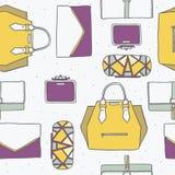 Безшовная иллюстрация с милыми желтыми, фиолетовыми и серыми сумками и муфтами в картине моды стильной Backgr нарисованное рукой иллюстрация штока