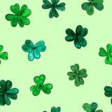 Безшовная картина вектора на день St. Patrick Клевер акварели руки вычерченный выходит на зеленую предпосылку бесплатная иллюстрация