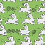 Безшовная картина вектора с кроликами и клевером на зеленой предпосылке Стоковая Фотография RF