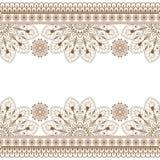Безшовная картина коричневого цвета Mehndi индейца с флористическими элементами границы для карты и татуировки на белой предпосыл бесплатная иллюстрация