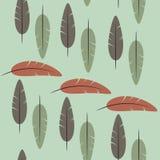 Безшовная картина пер на зеленой предпосылке Стоковая Фотография RF