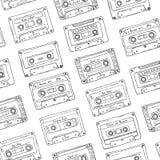 Безшовная картина, пластичная кассета, лента звукозаписи с различной музыкой Нарисованная рукой предпосылка контура, ретро стиль Стоковое фото RF