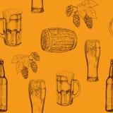 Безшовная картина стекел пива, кружек, бутылок, конусов хмеля и листьев, деревянных бочонков иллюстратор иллюстрации руки чертежа иллюстрация штока