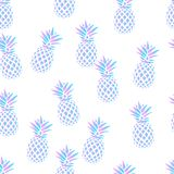 Безшовная картина с ананасами на белой предпосылке также вектор иллюстрации притяжки corel Экзотическая печать лета Красочная кар Стоковое фото RF
