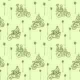 Безшовная картина с африканскими мотоциклами и водителями в традиционных одеждах на зеленой предпосылке с пальмами бесплатная иллюстрация