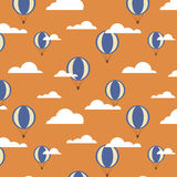 Безшовная картина с воздушными шарами и облаками иллюстрация вектора