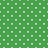 Безшовная картина с листьями и точками клеверов внутри бесплатная иллюстрация