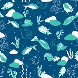Безшовная картина с китами, морскими водорослями, кораллами и рыбами стоковая фотография