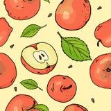 Безшовная картина с красными яблоками и листьями Яблоки целый и части на желтой предпосылке вектор каникулы цветастой иллюстрации иллюстрация вектора