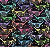 Безшовная картина с красочными солнечными очками на черной предпосылке Стоковые Фотографии RF