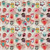 Безшовная картина с красочными сычами на cream предпосылке Стоковое Изображение