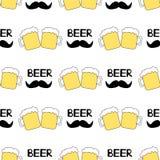 Безшовная картина с кружками пива и усиком на белом backgr Стоковое Изображение RF