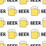 Безшовная картина с кружкой пива на белой предпосылке Стоковые Фотографии RF