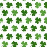 Безшовная картина с клеверами выходит для дизайна деталей дня St Patricks Стоковые Изображения RF