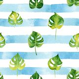 Безшовная картина с листьями акварели тропическими на striped назад Стоковые Фотографии RF