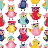 Безшовная картина с милыми смешными сычами или owlets на белой предпосылке Ребяческий фон с умными птицами леса стоковое изображение