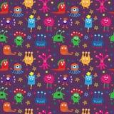 Безшовная картина с милыми чужеземцами на фиолетовой предпосылке иллюстрация вектора